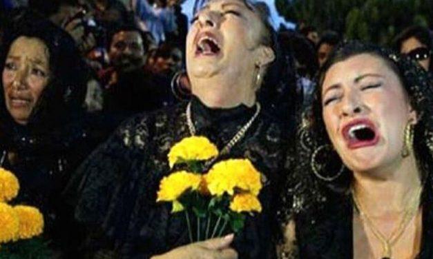 😮 Mujer gana 28 mil dólares solo por llorar en los funerales ajenos 😮