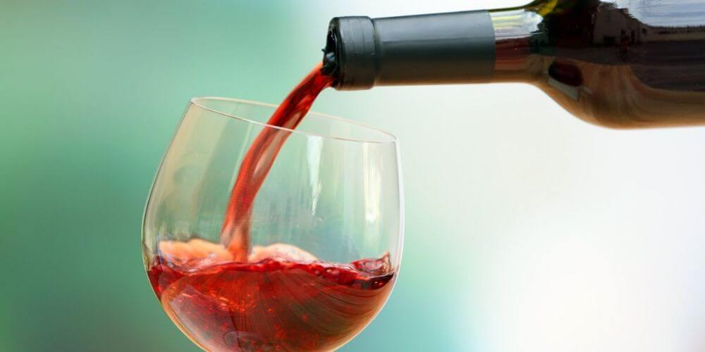 tomar-vino-podria-matar-casi-el-100%-de-las-bacterias-en-los-dientes-servir-vino-tinto-movidatuy.com