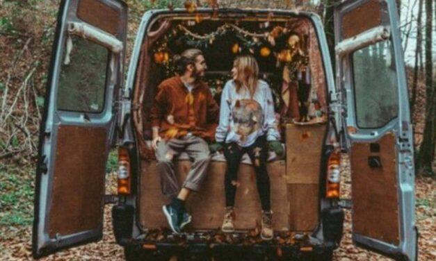 ✌ Joven pareja vive en un minibús y viajan por toda Europa ✌