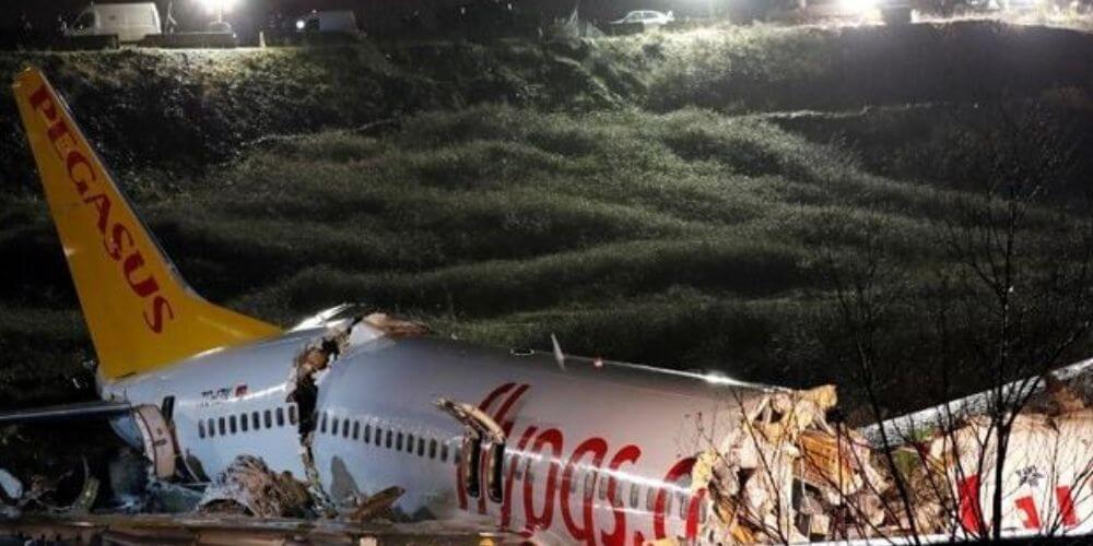 Turquía-tres-muertos-y-179-heridos-dejó-un-avión-al-salirse-de-pista-y-partirse-en-tres-turquia-accidente-movidatuy.com