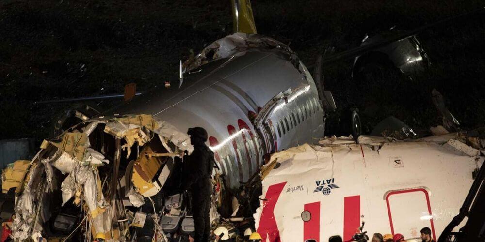 Turquía: tres muertos y 179 heridos dejó un avión al salirse de pista y partirse en tres