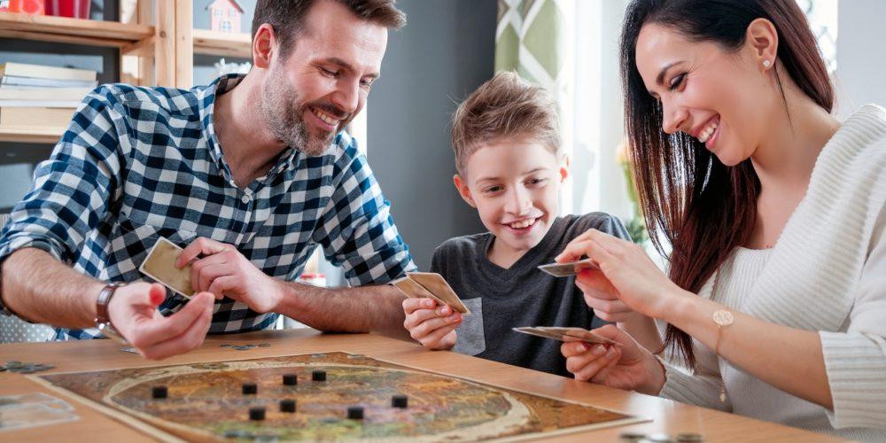 familia-divirtiendose-con-juego-de-mesa-durante-cuarentena-salud-movidatuy.com
