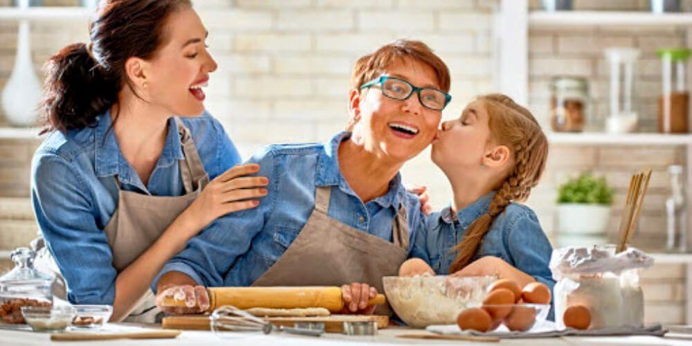 familia-haciendo-recetas-en-casa-durante-cuarentena-salud-movidatuy.com
