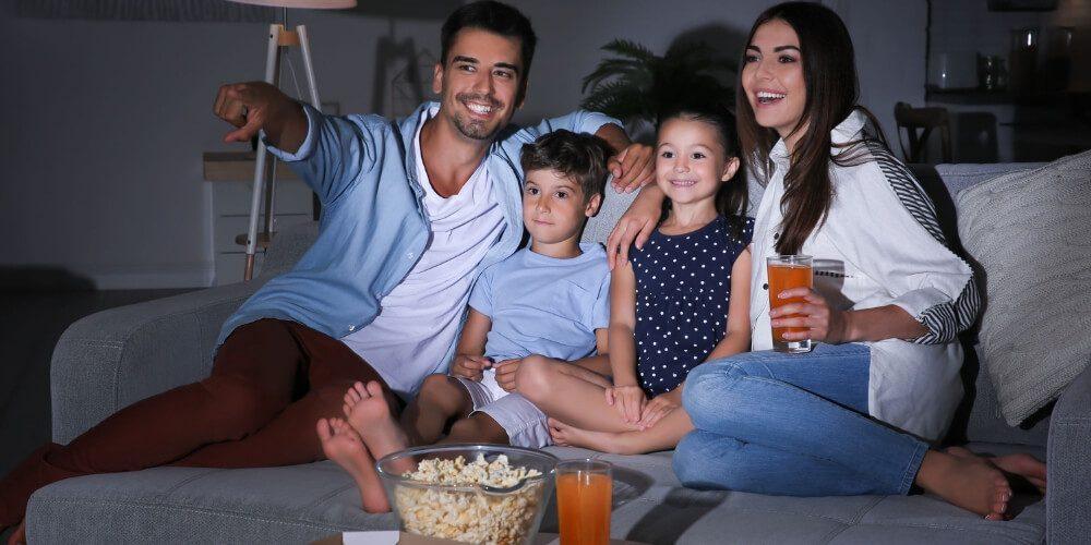familia-viendo-peliculas-en-casa-durante-cuarentena-salud-movidatuy.com