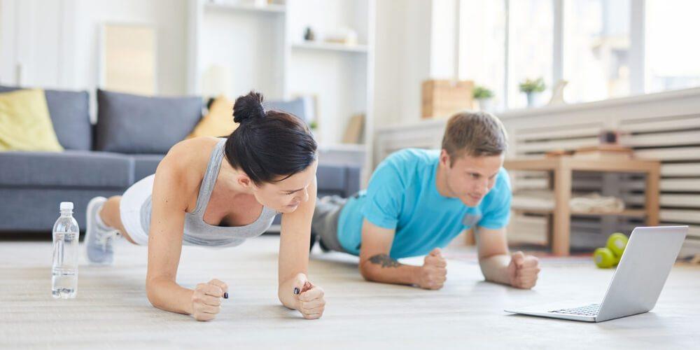 personas-haciendo-ejercicio-en-casa-durante-cuarentena-por-coronavirus-salud-movidatuy.com