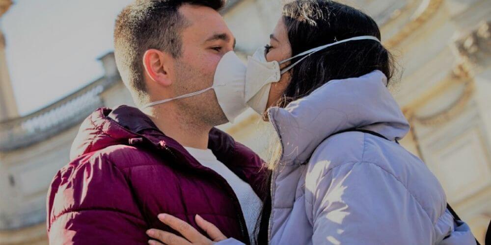 sexualidad-y-coronavirus-que-hacer-ante-la-pandemia-pareja-besandose-movidatuy.com