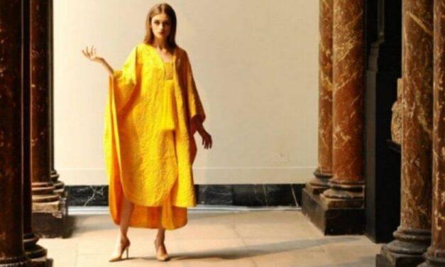 ✌ Diseñador de modas usó a 1 millón de arañas para confeccionar una capa de seda ✌