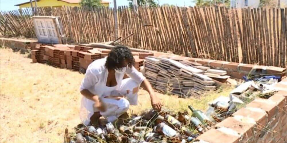 dos-mujeres-construyeron-una-casa-a-base-de-botellas-de-vidrio-trabajo-construccion-reciclaje-movidatuy.com