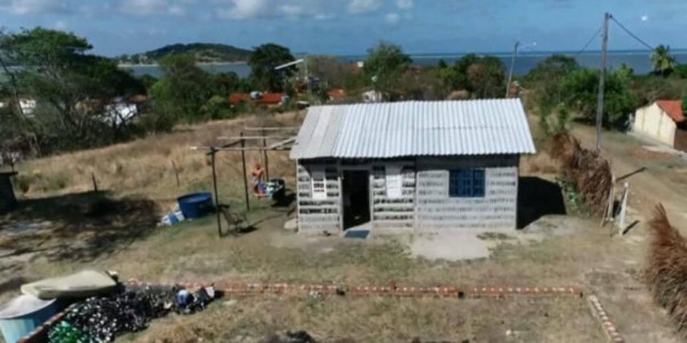 ✌️ Dos mujeres construyeron una casa a base de botellas de vidrio ✌️