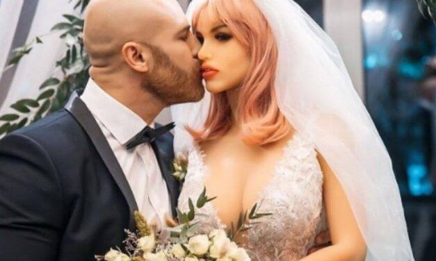 😮 Un hombre se casó con una muñeca y luego la engaña con otro objeto 😮