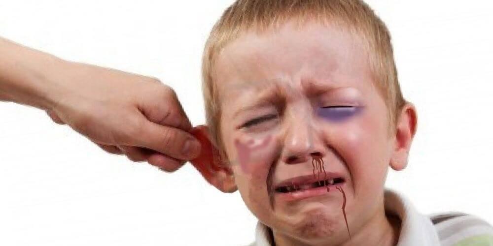 en-colombia-prohiben-el-castigo-fisico-a-los-niños-y-adolescentes-halar-oreja-niño-llorando-movidatuy.com