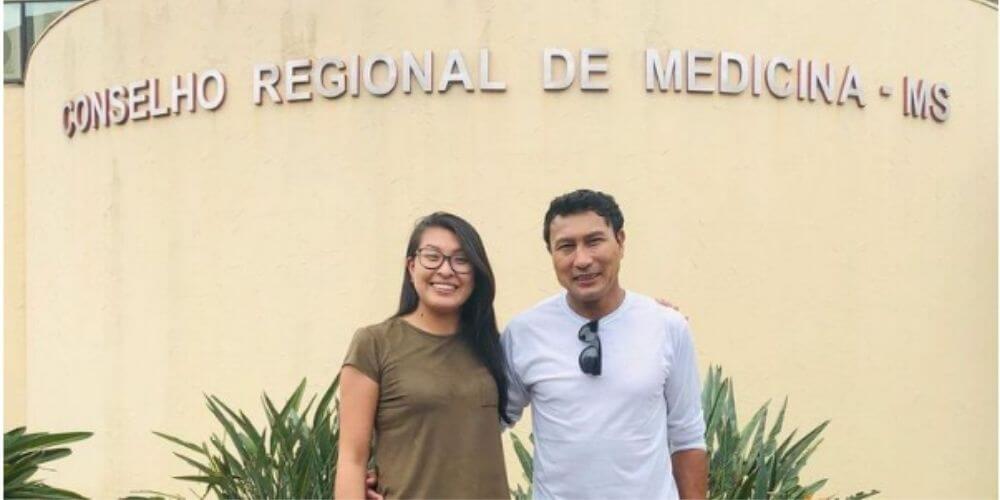 primera-mujer-kaiowa-como-medica-en-su-comunidad-indigena-guarani-dara-compañero-trabajo-centro-de-salud-movidatuy.com
