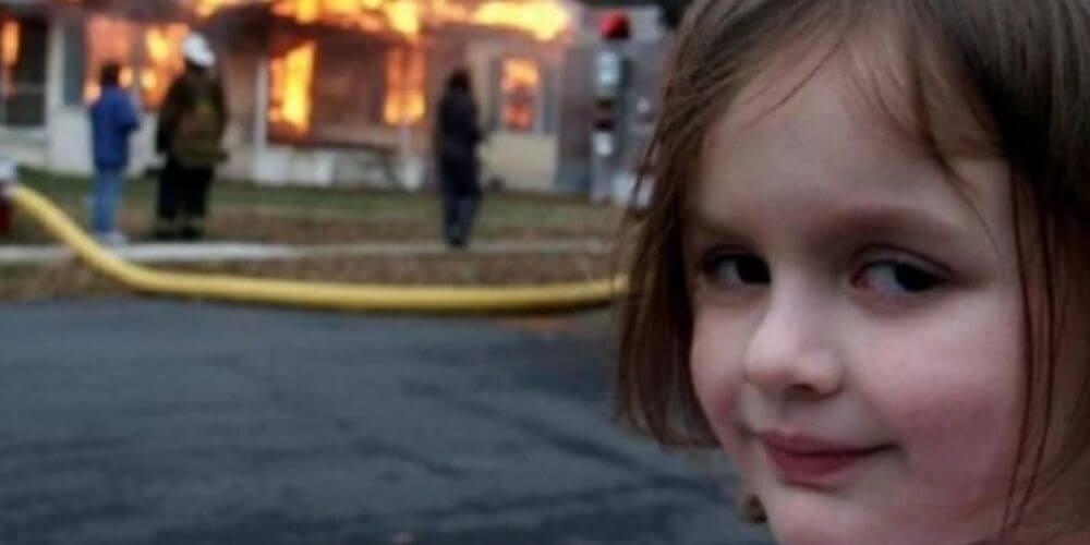 """😮 ¿Recuerdas el meme de """"la niña del incendio""""? Creció y así luce 😮"""