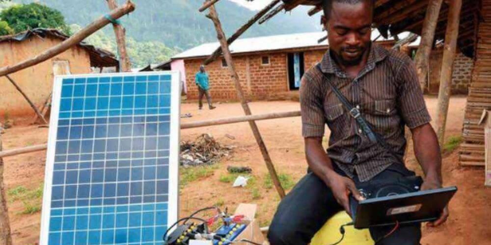 joven-africano-fabrico-un-coche-solar-con-bambu-y-chatarras-preparacion-construccion-movidatuy.com