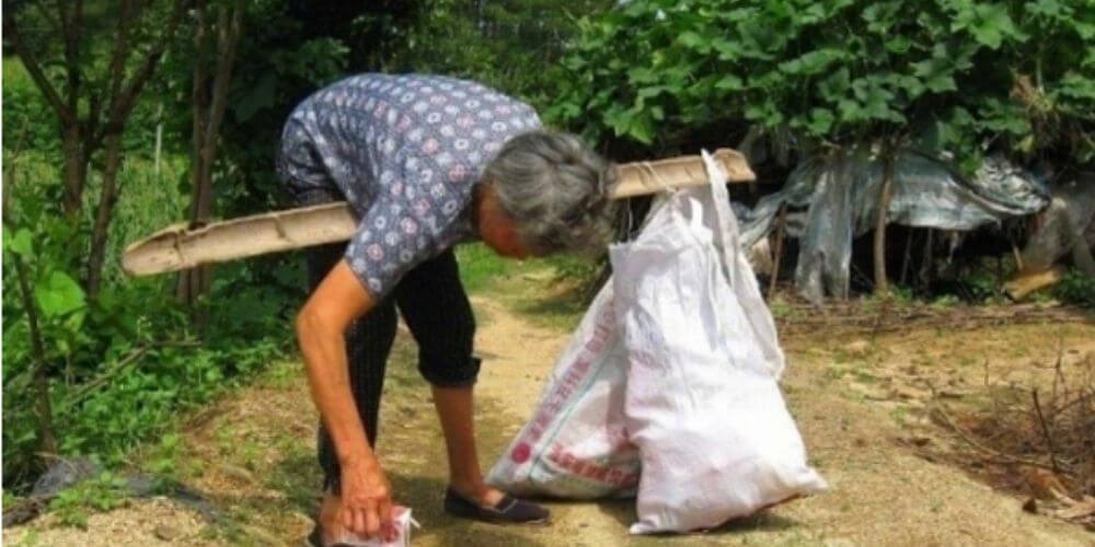 mujer-que-adopto-una-bebe-abandonada-hace-25-años-ahora-recibe-regalo-de-ella-hu-trabajando-movidatuy.com