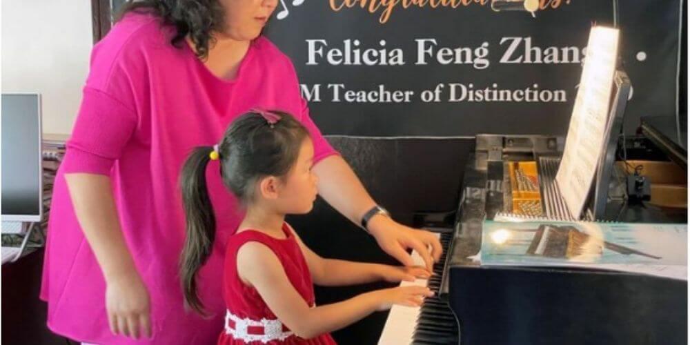 niña-pianista-de-4-años-se-destaca-en-una-competencia-en-estados-unidos-brigitte-y-su-maestra-felicia-movidatuy.com
