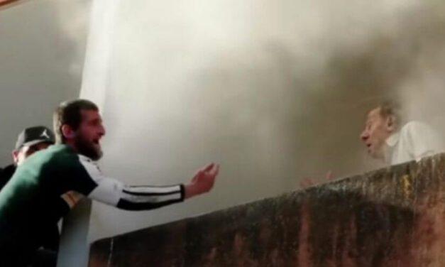 ✌️ Tres jóvenes suben a un edificio en llamas para rescatar a un abuelito ✌️